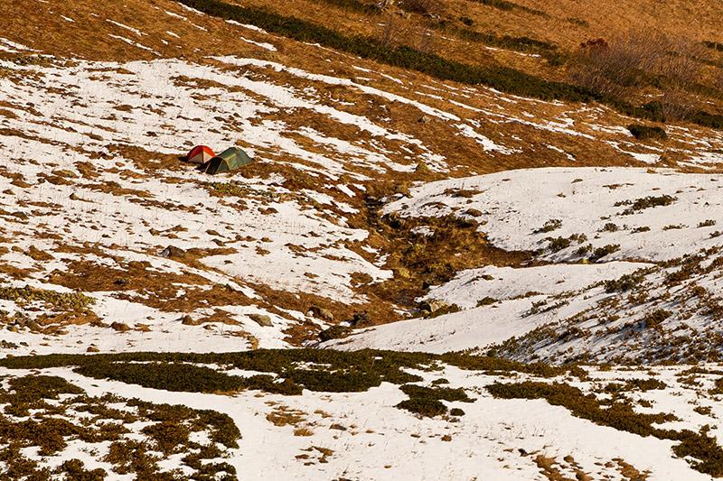 Базовой лагерь над перевалом Медвежьи ворота на высоте 2100 м. До него спускались на лыжах