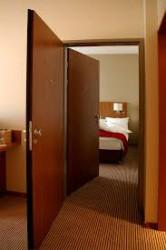 Некоторые отели популярных горнолыжных курортов установили качественные двери в номерах